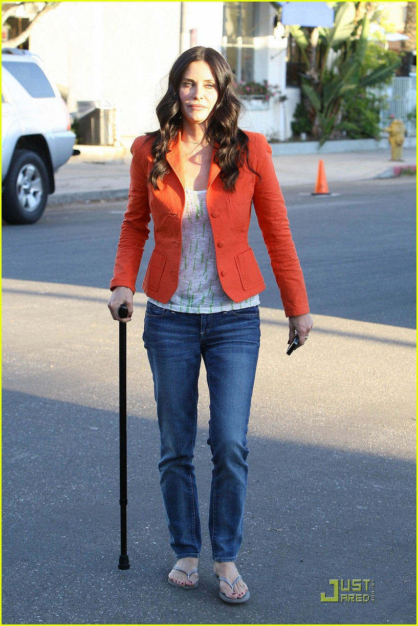 courteney cox cougar with a cane 012518575