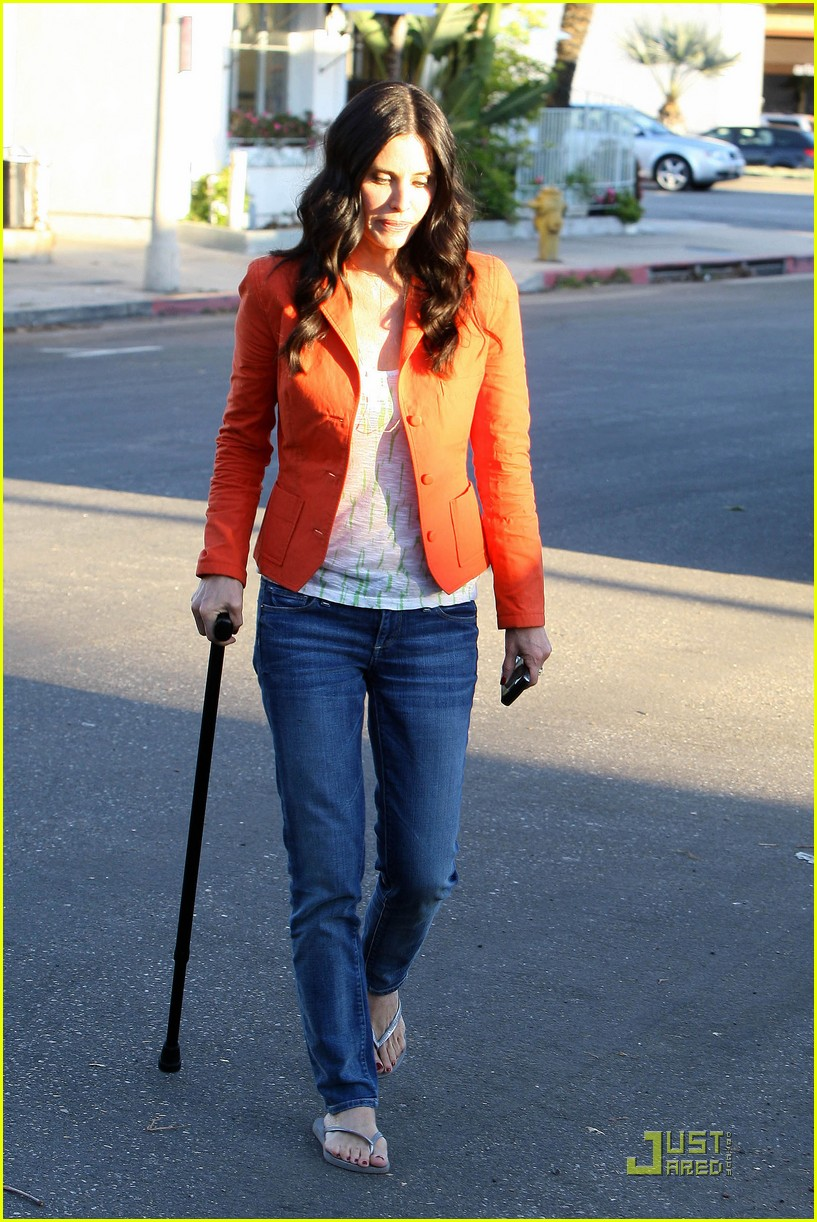 courteney cox cougar with a cane 052518579