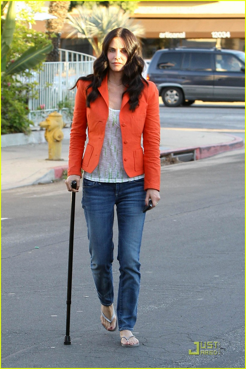courteney cox cougar with a cane 102518584