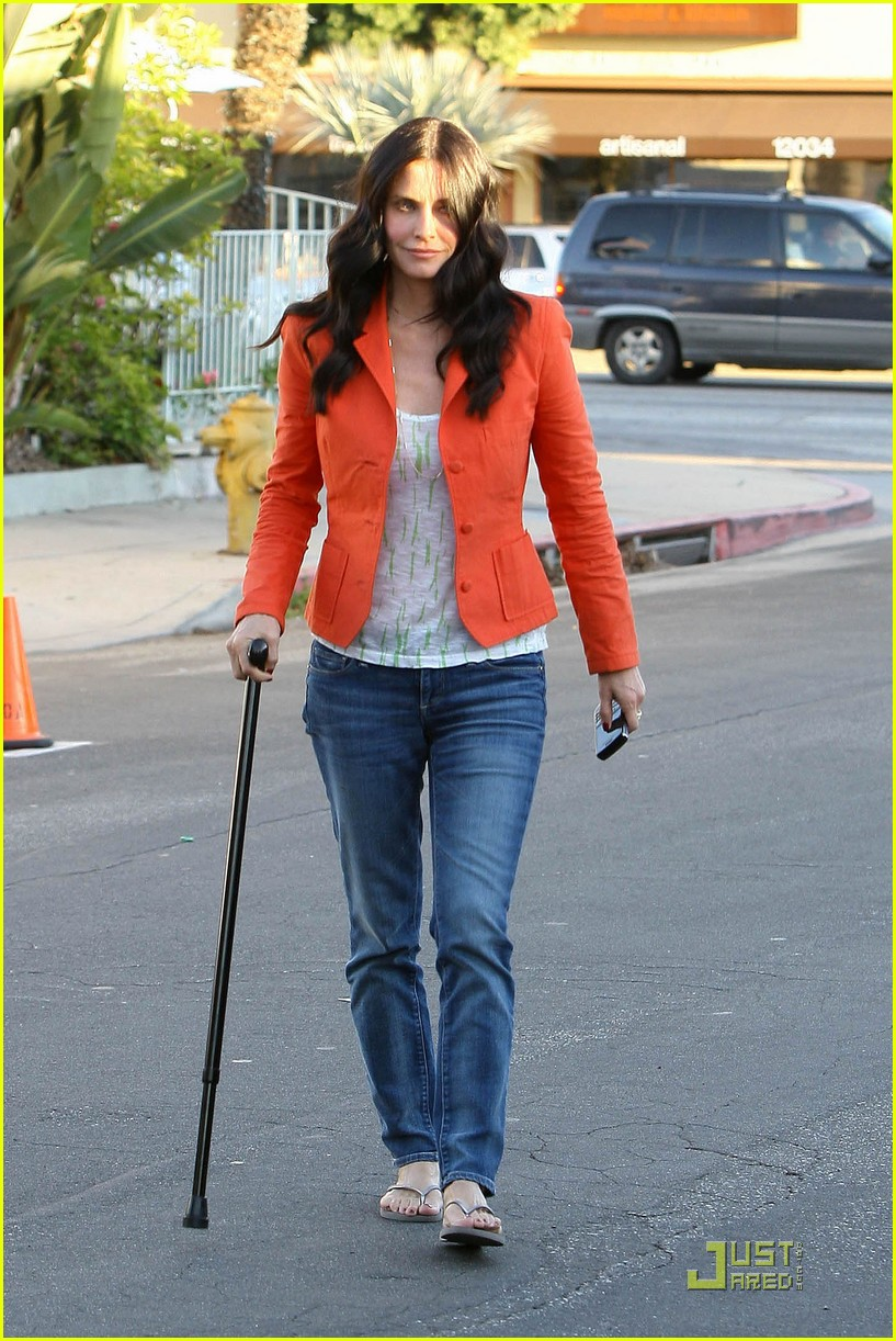 courteney cox cougar with a cane 112518585
