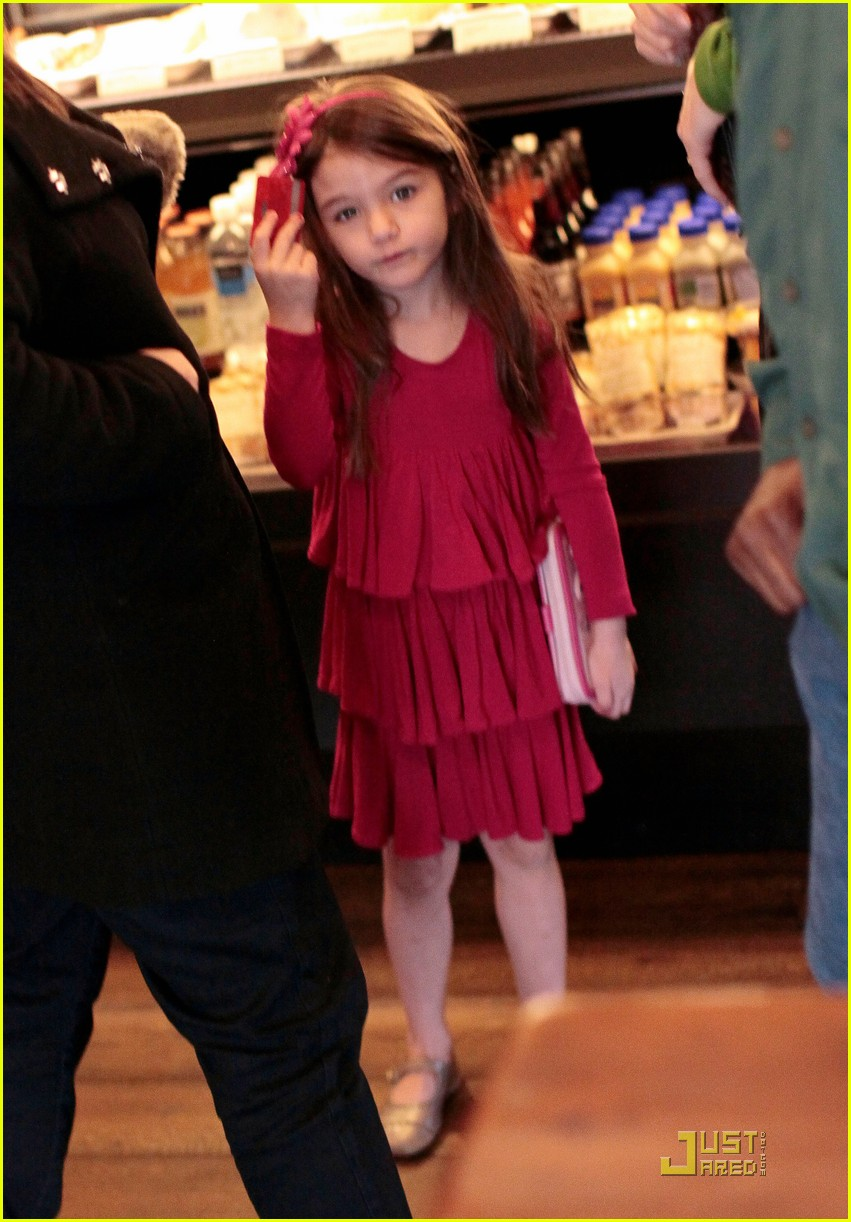 suri cruise starbucks 042522036