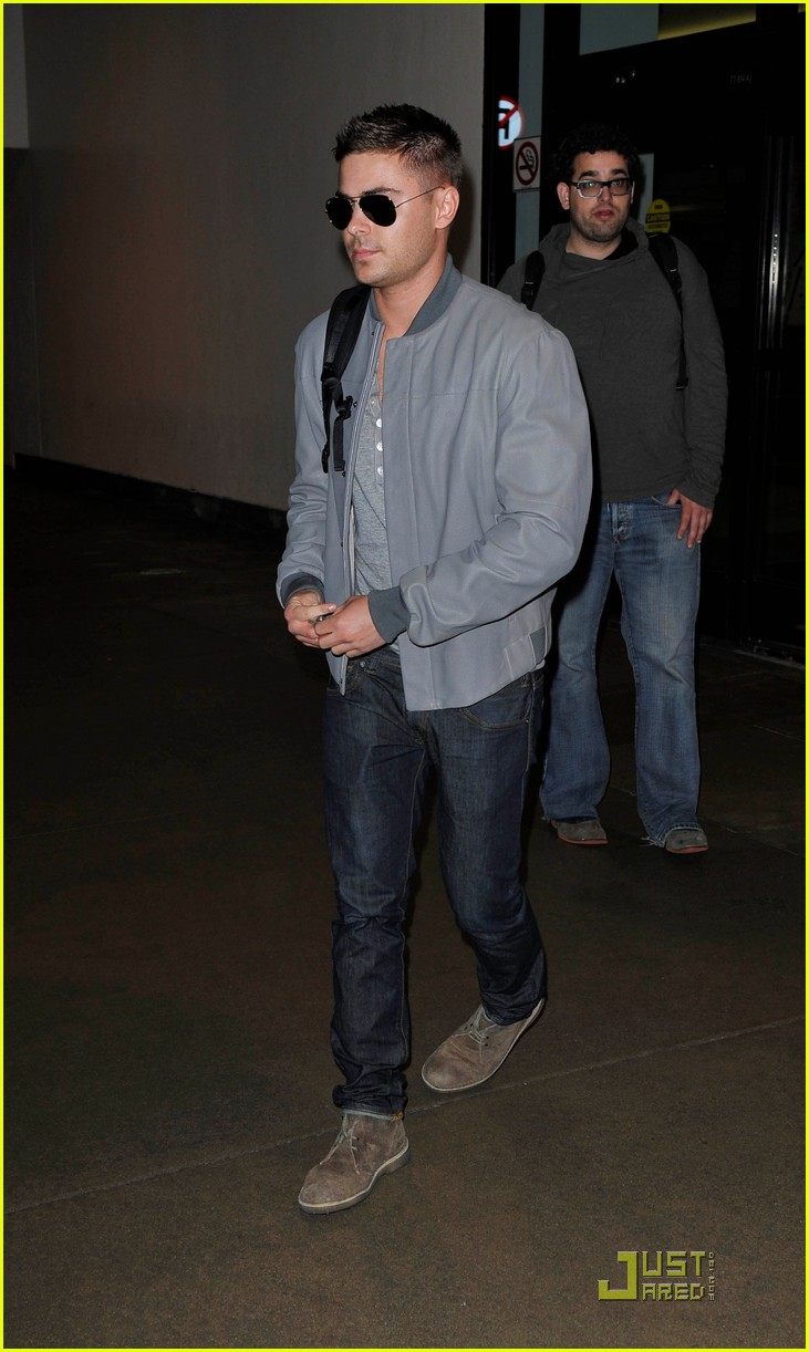 zac efron arrives lax 022518074