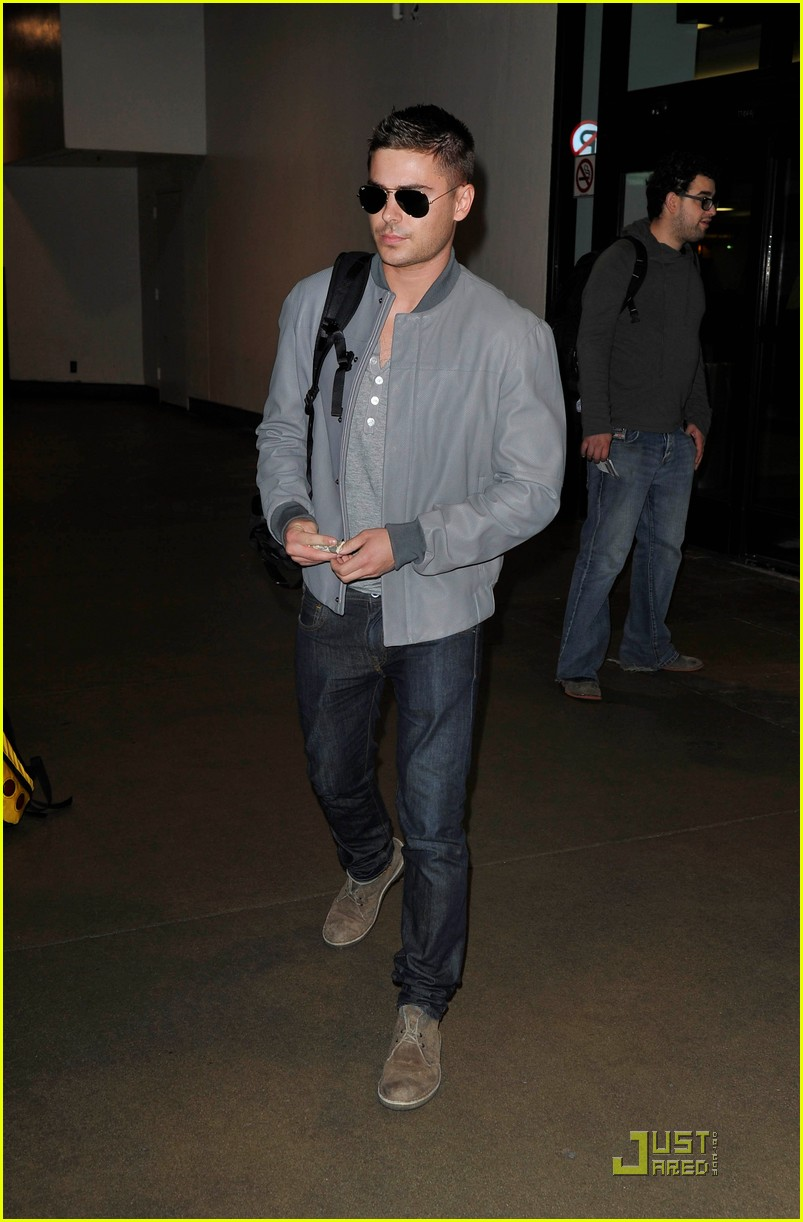 zac efron arrives lax 032518075