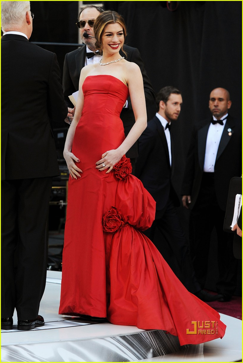 anne hathaway oscars red carpet 2011 092523584