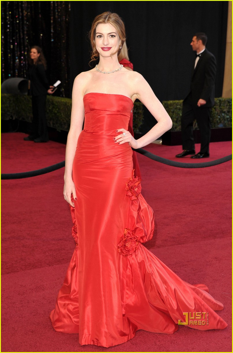 anne hathaway oscars red carpet 2011 10
