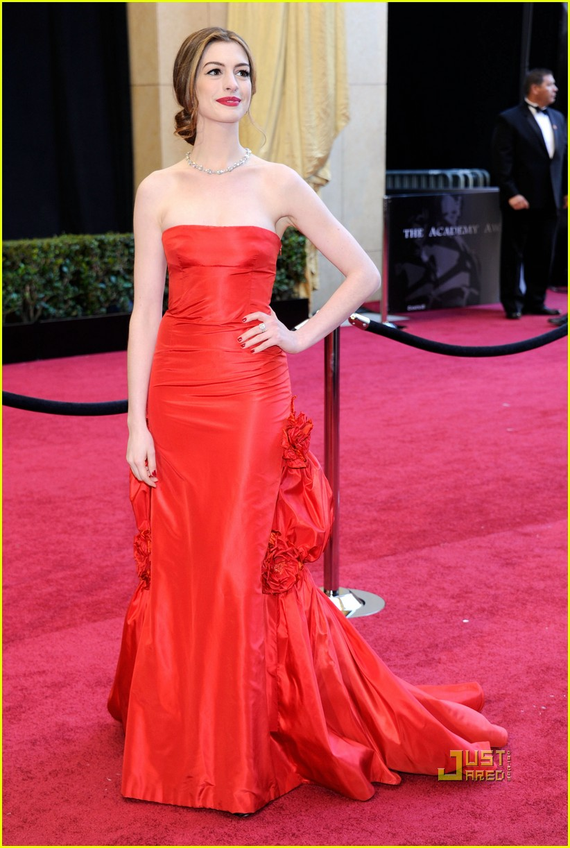 anne hathaway oscars red carpet 2011 132523588