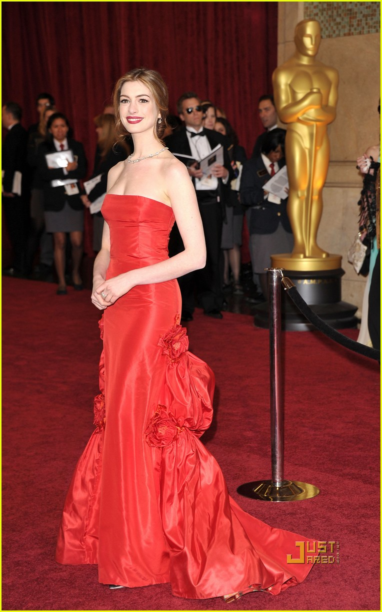 anne hathaway oscars red carpet 2011 14