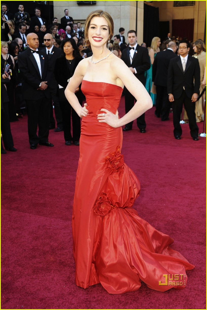 anne hathaway oscars red carpet 2011 15