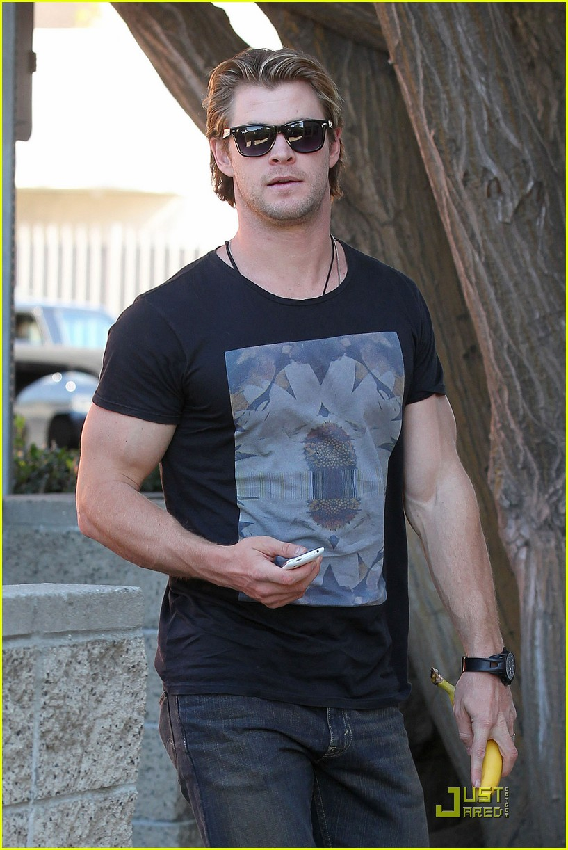 chris hemsworth bulging biceps 012517770
