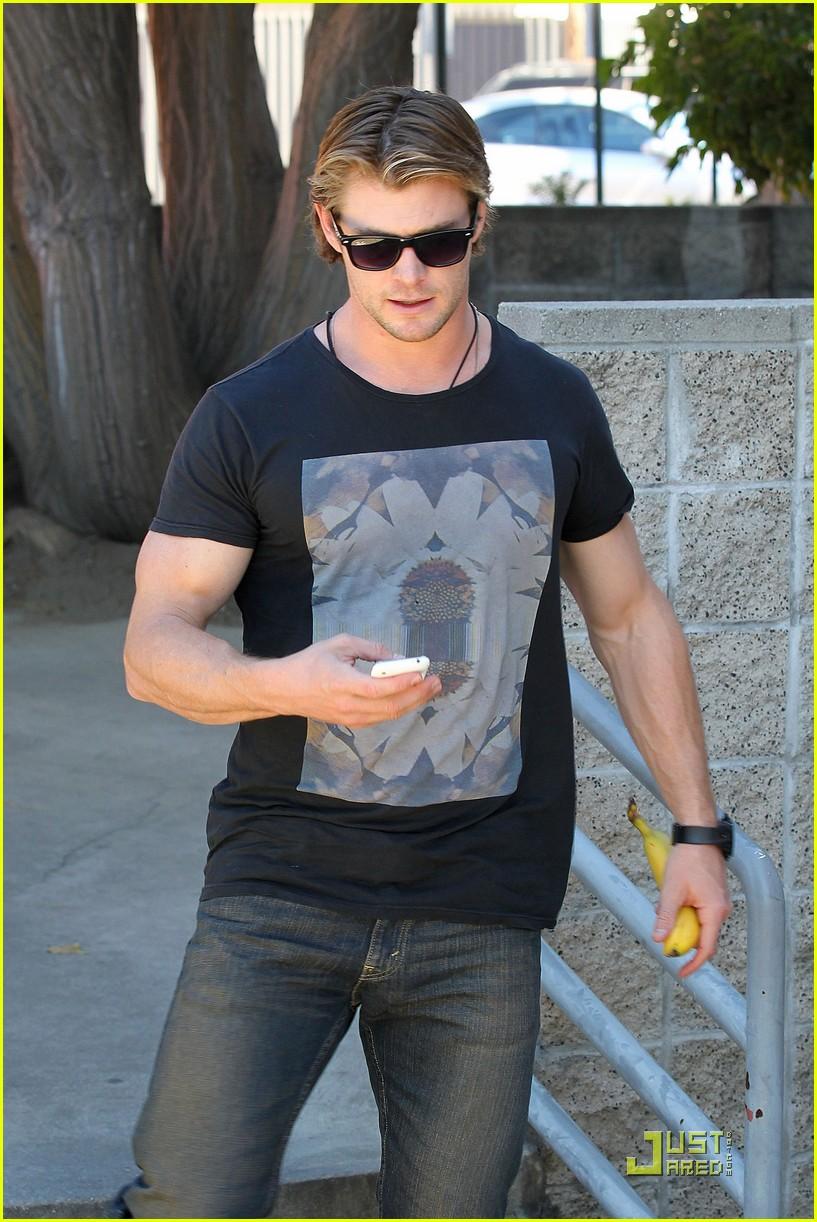 chris hemsworth bulging biceps 102517779