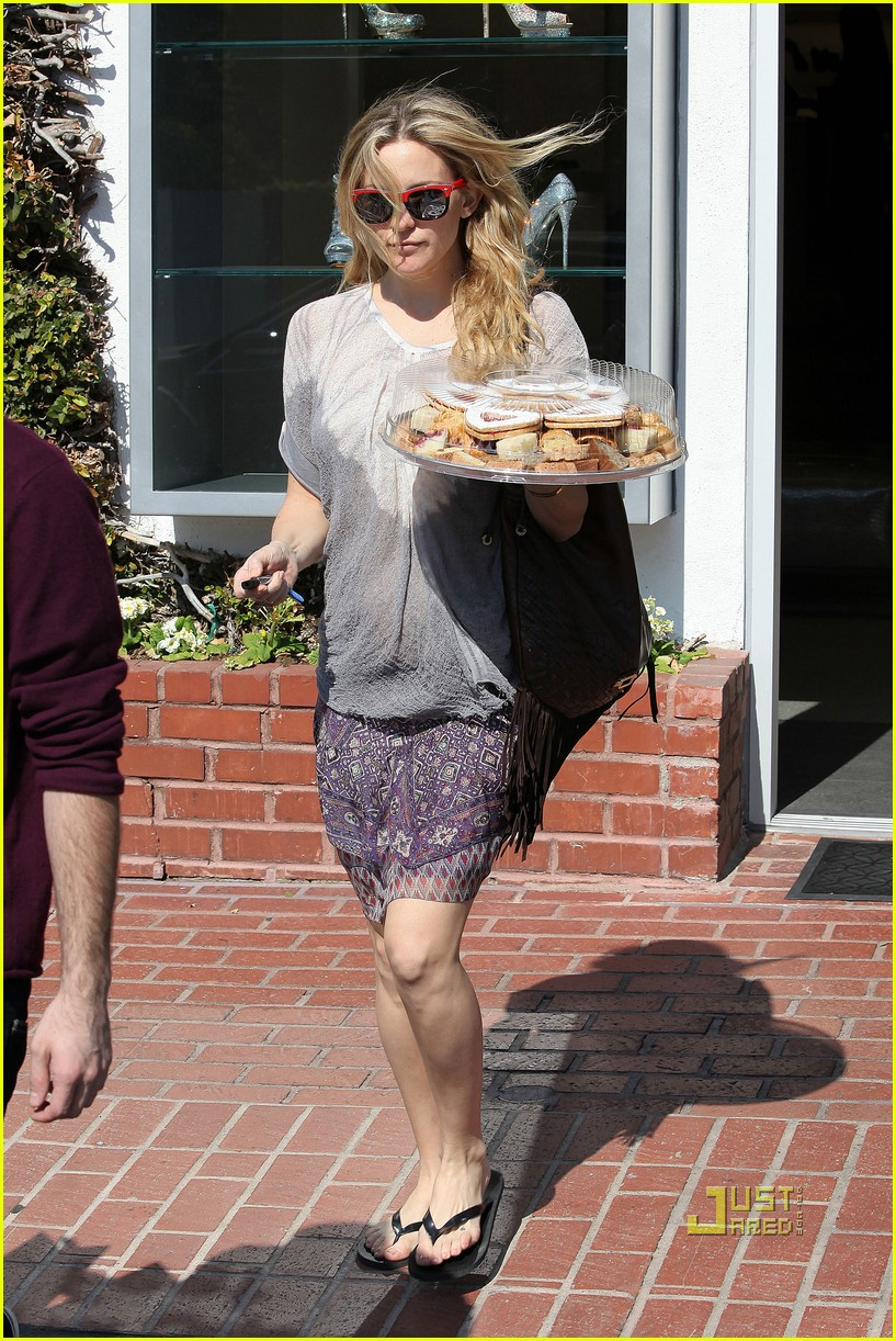 pregnant kate hudson cookies fred segal 03
