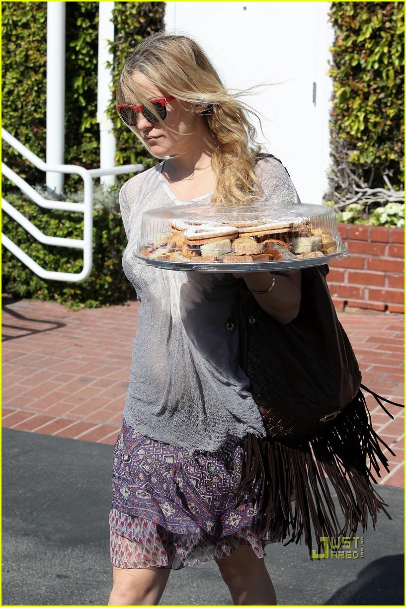 pregnant kate hudson cookies fred segal 102519763