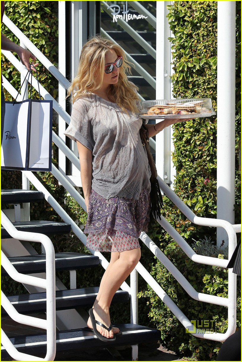 pregnant kate hudson cookies fred segal 14