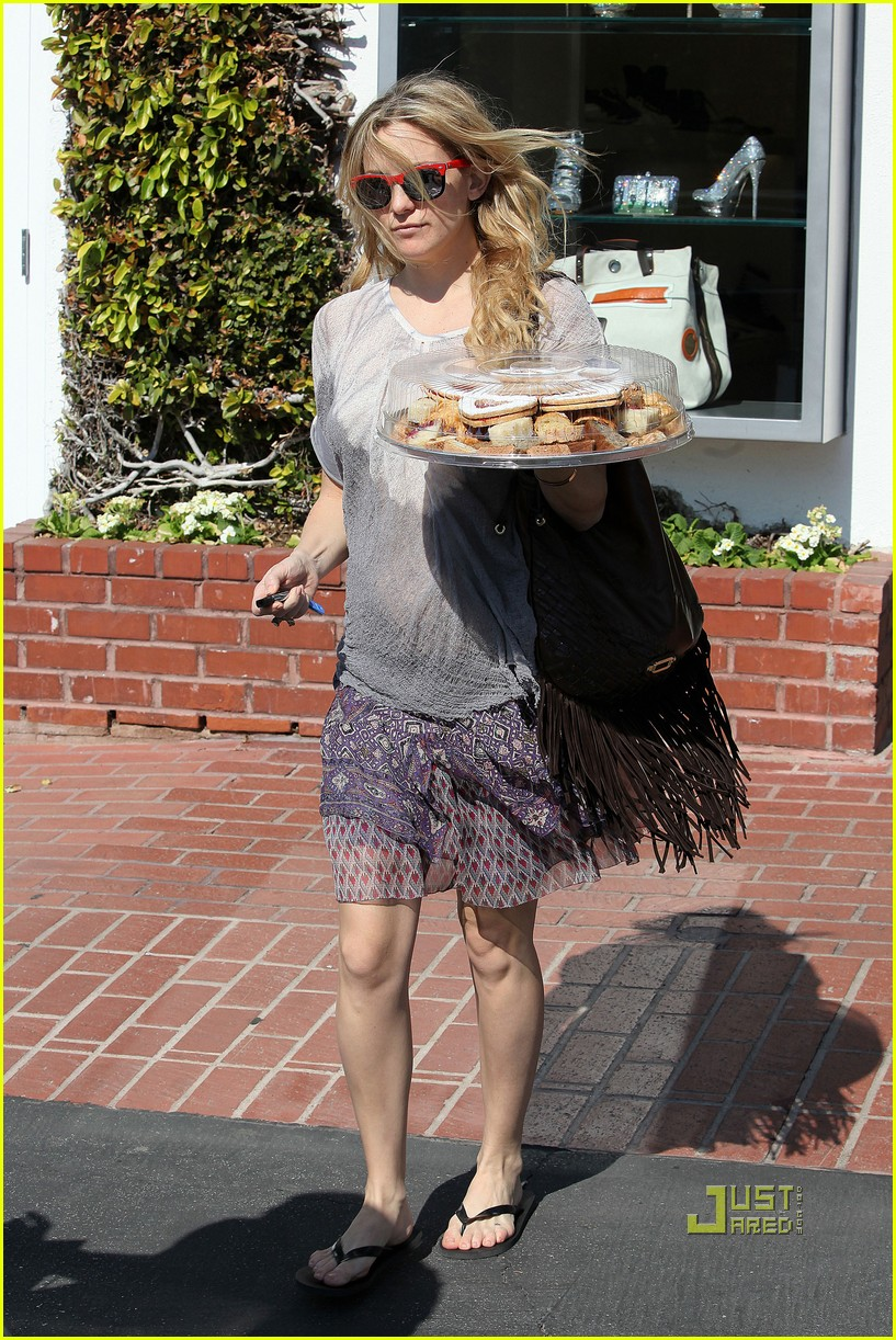 pregnant kate hudson cookies fred segal 16