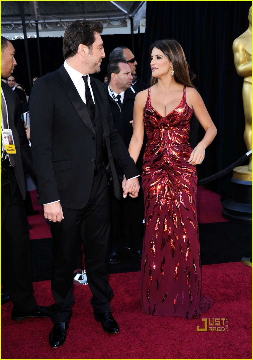 penelope cruz oscars 2011 red carpet 02