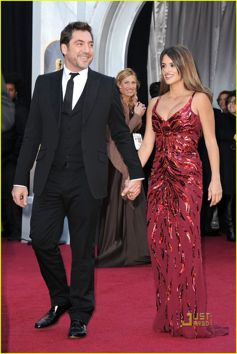 penelope cruz oscars 2011 red carpet 06