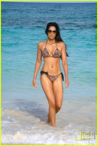 padma lakshmi bikini bahamas 03
