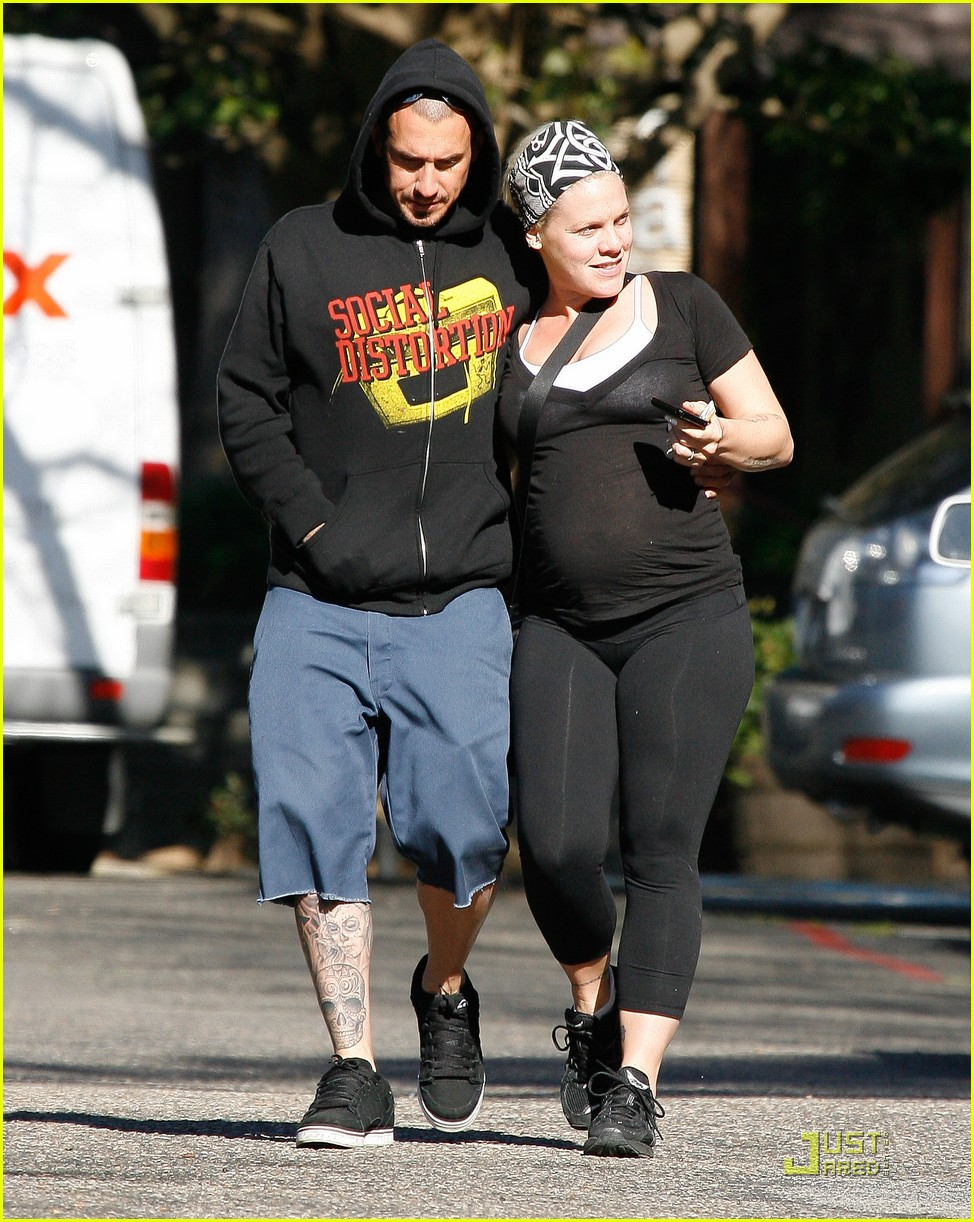 pink baby bump stroll with carey hart 102516598