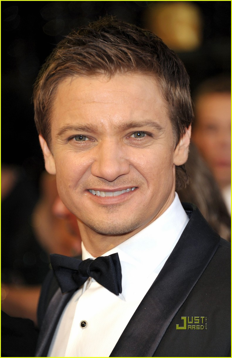 jeremy renner oscars 2011 red carpet 032523714