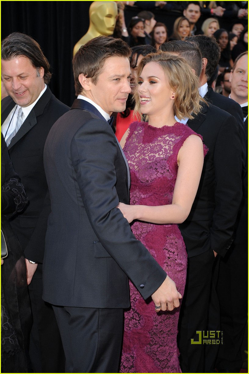 jeremy renner oscars 2011 red carpet 04