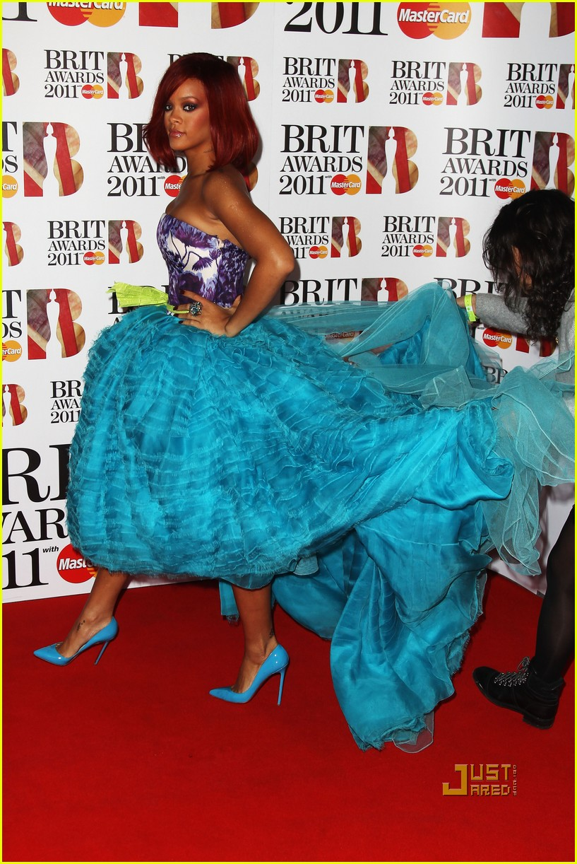 rihanna brits red carpet 122520014