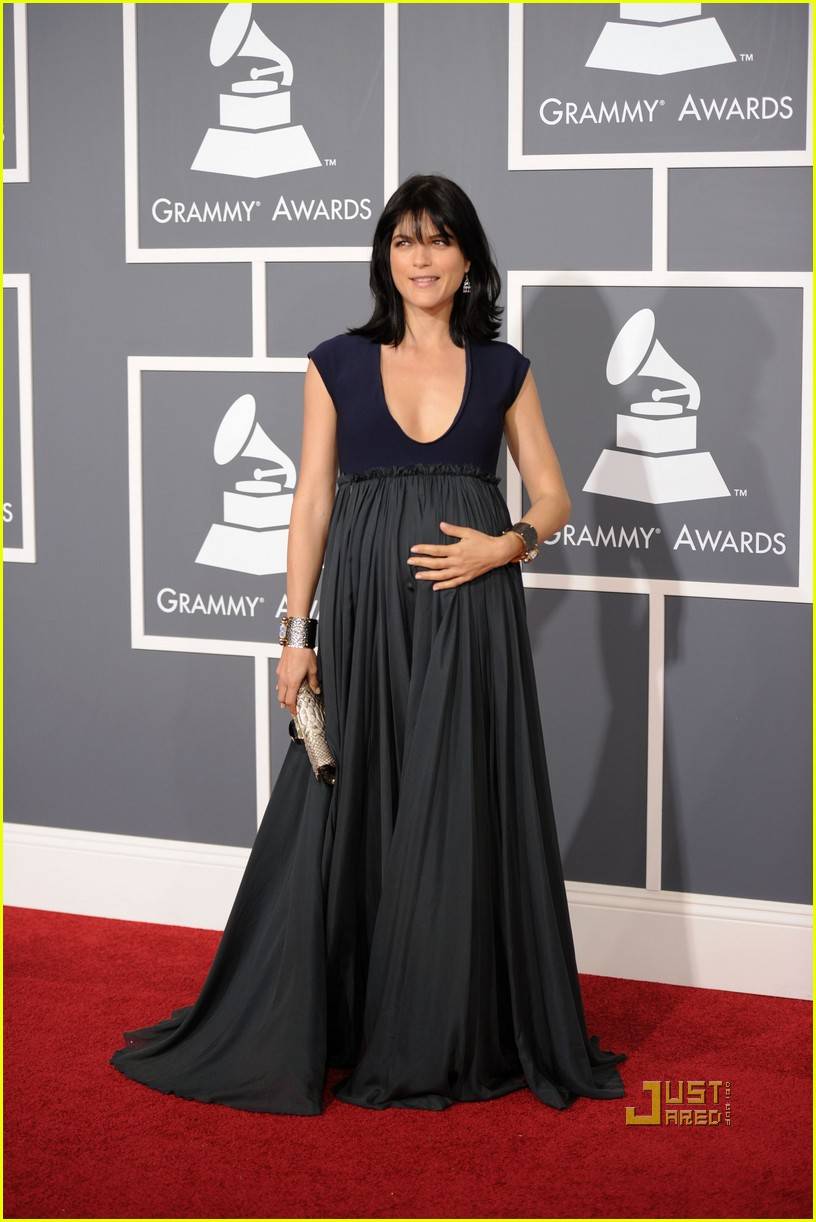 selma blair 2011 grammys red carpet 01