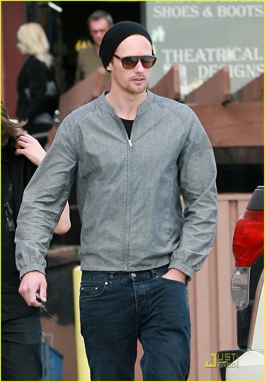 alexander skarsgard griddle cafe mom and brother 01