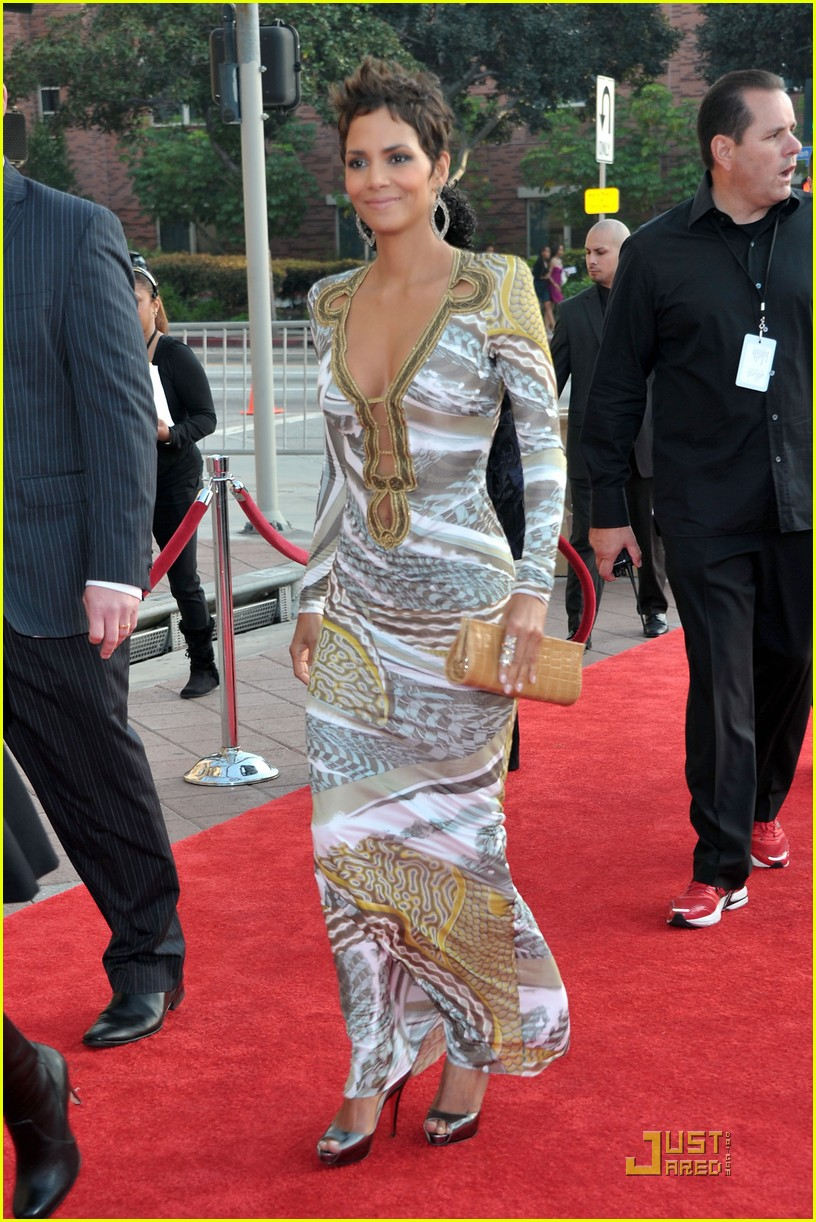 halle berry naacp image awards 102525127