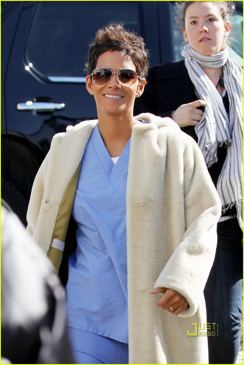 halle berry new years eve scrubs 012526149