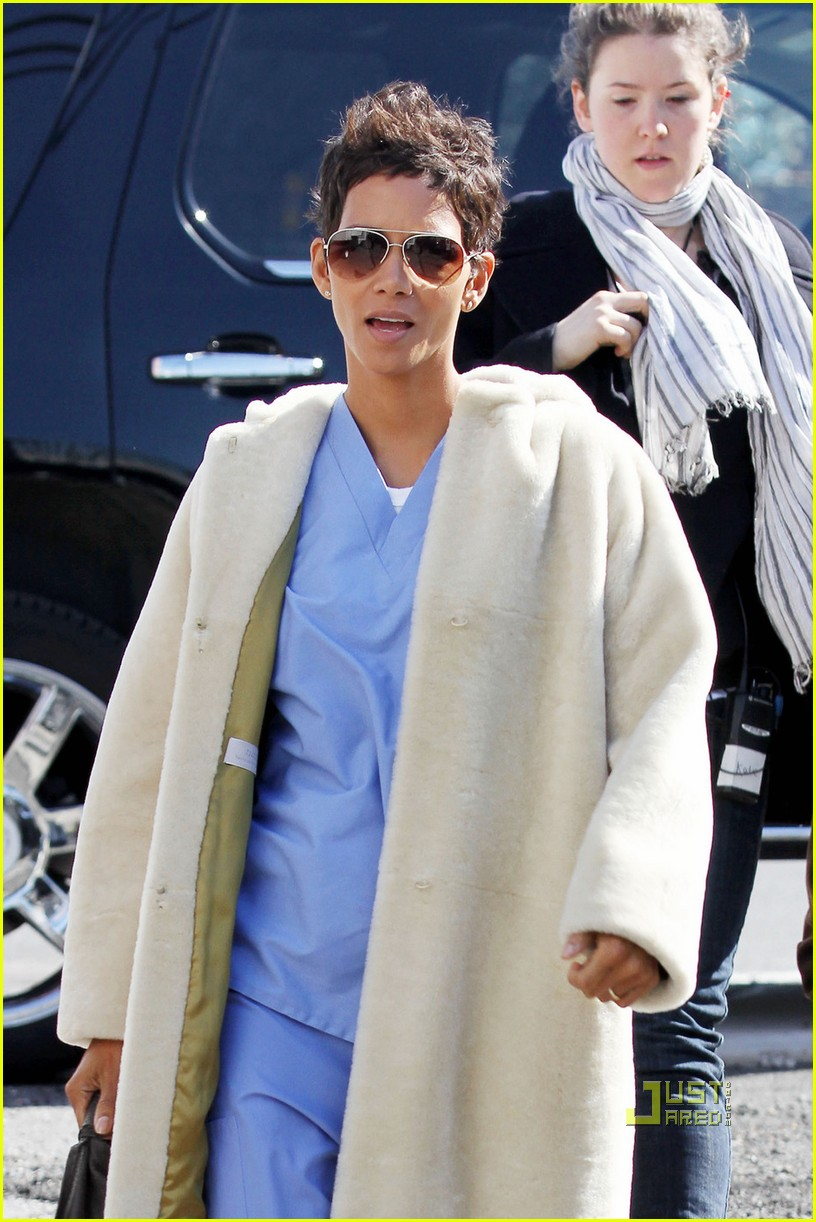 halle berry new years eve scrubs 052526153