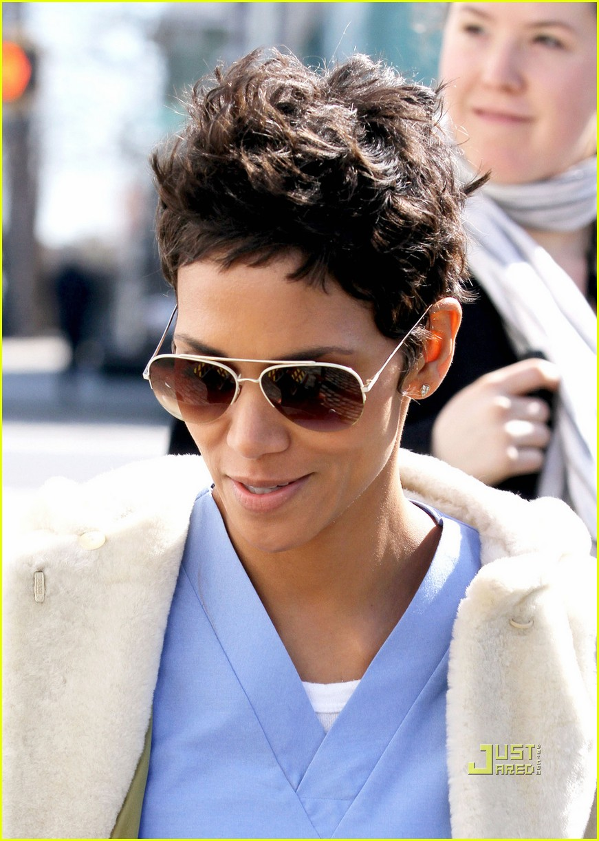 halle berry new years eve scrubs 062526154