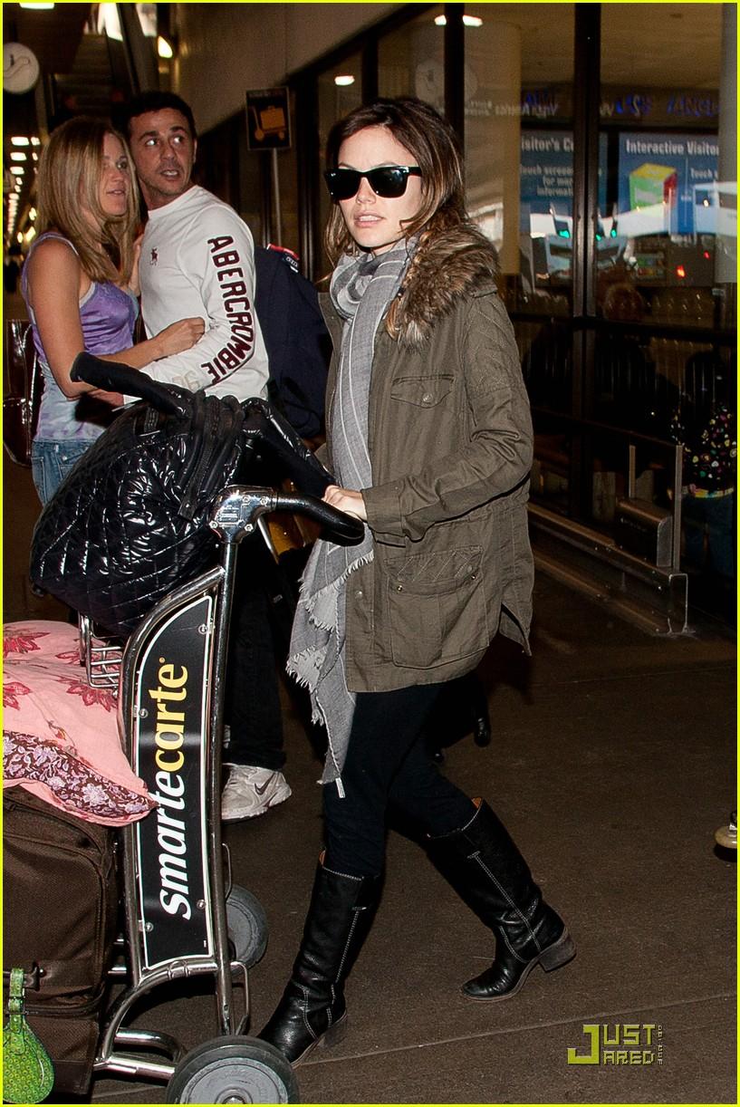 rachel bilson lugs her luggage 022528447