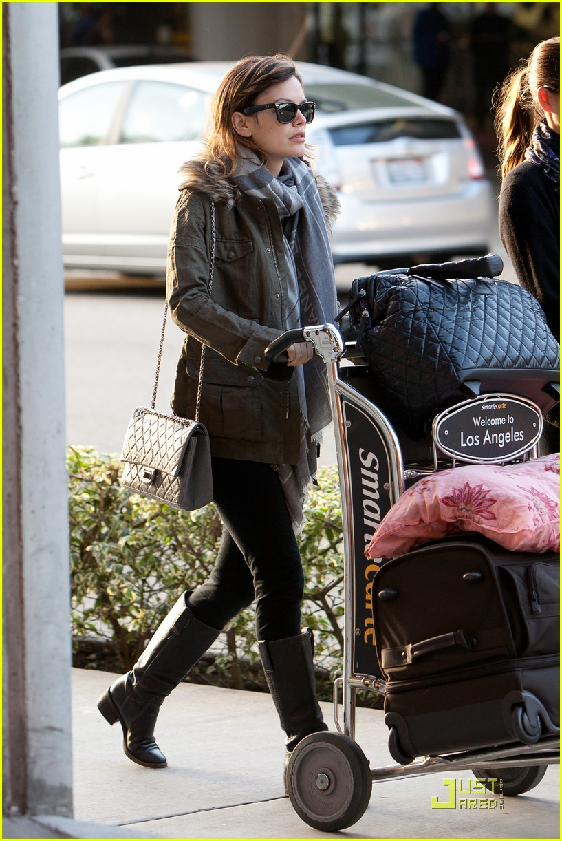 rachel bilson lugs her luggage 042528449