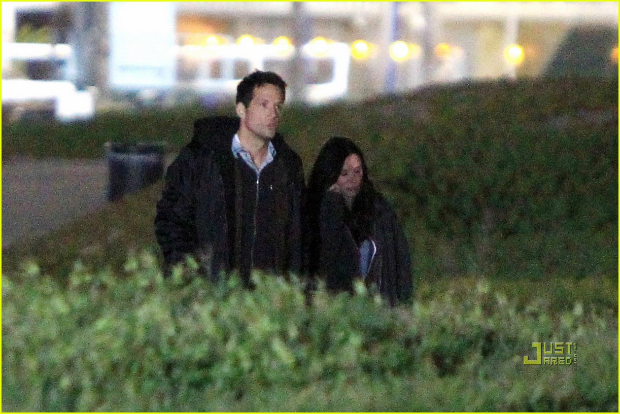 courteney cox josh hopkins beach couple 02