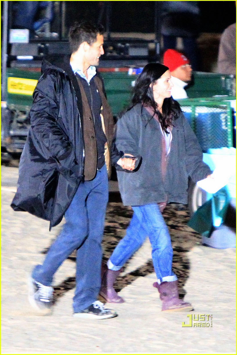 courteney cox josh hopkins beach couple 032531381