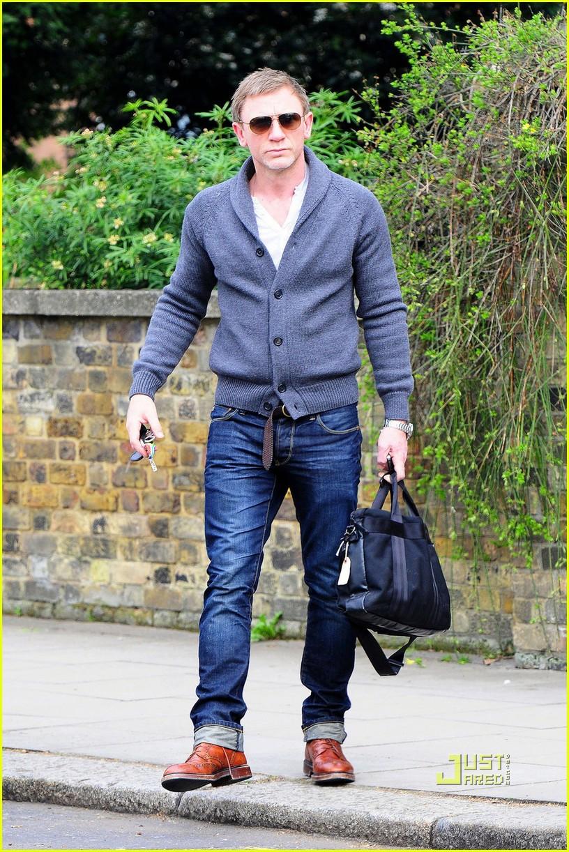 daniel craig sunglasses north london 01 Daniel Craig