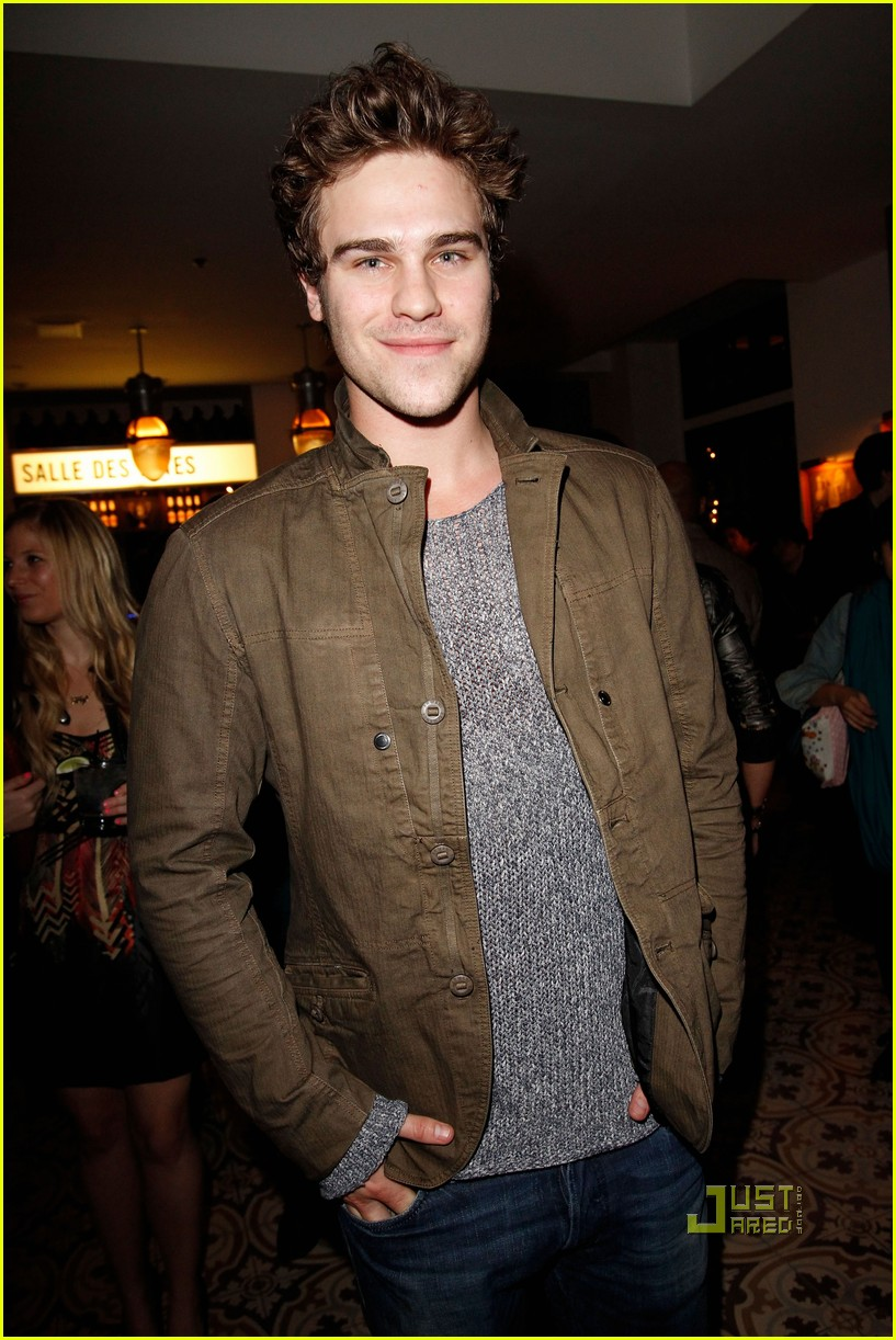 Grey Damon The Nine Lives Of Chloe King Premieres June 14 Photo 2525816 Grey Damon Skyler Samuels Pictures Just Jared