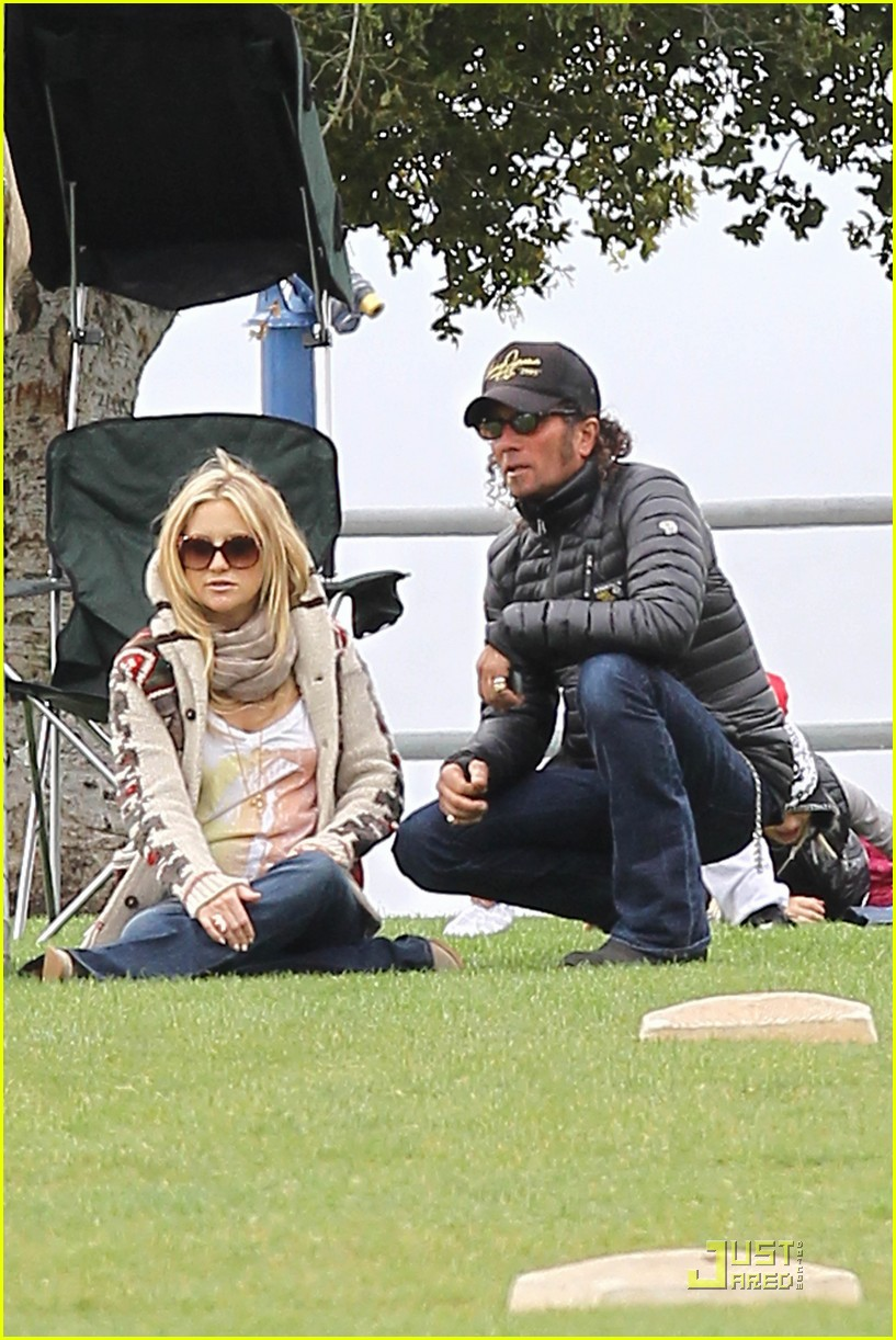 kate hudson family time with chris robinson 022528804