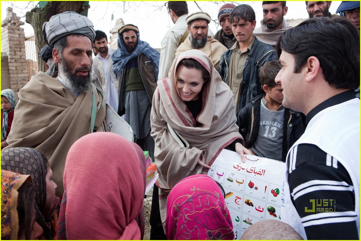 http://cdn01.cdn.justjared.com/wp-content/uploads/2011/03/jolie-kabul/angelina-jolie-afghanistan-displaced-residents-01.jpg