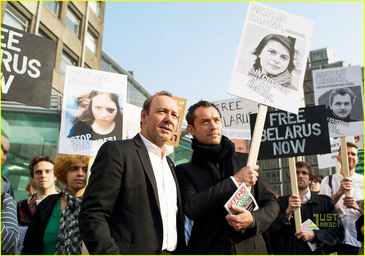 jude law belarus detainment protest 012530985
