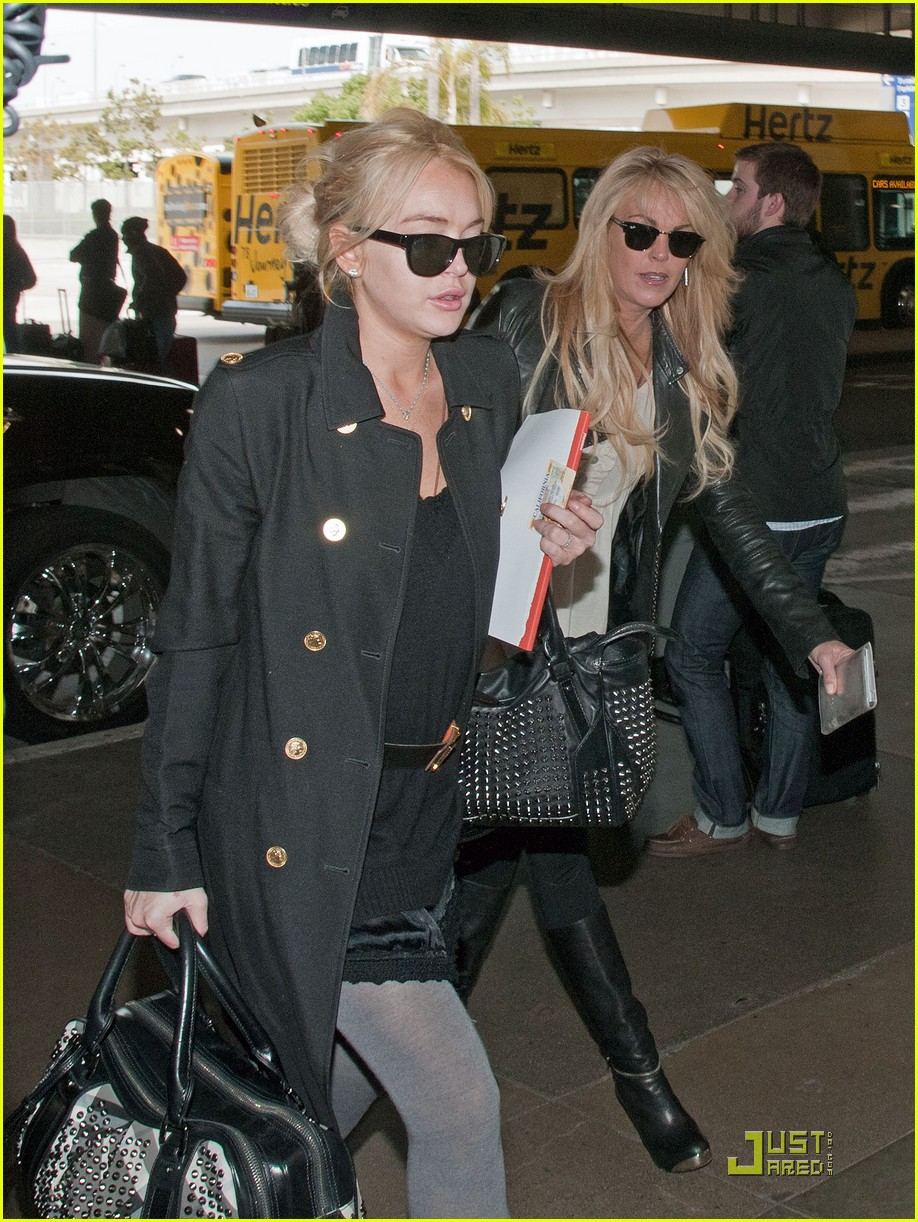 lindsay lohan leaves los angeles 012527492