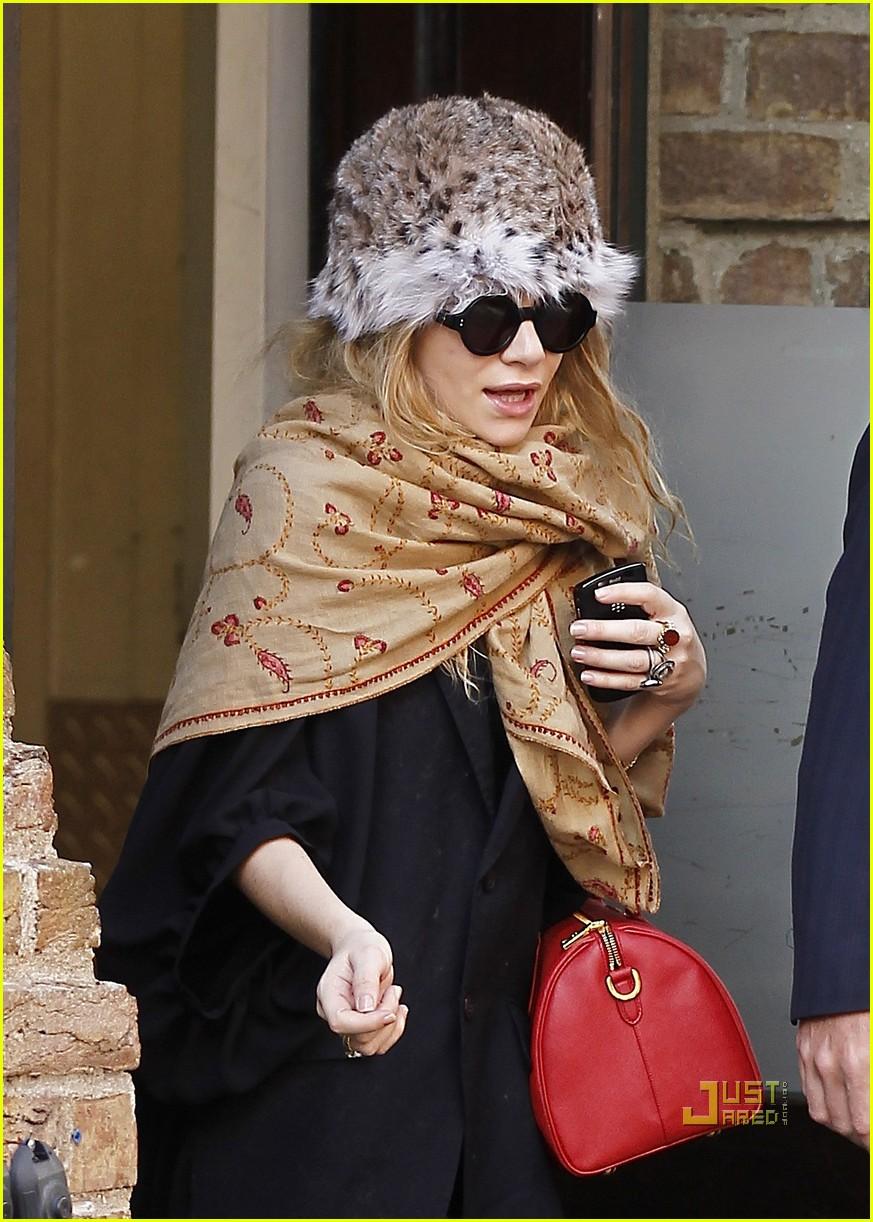 ashley olsen red purse shawl 01