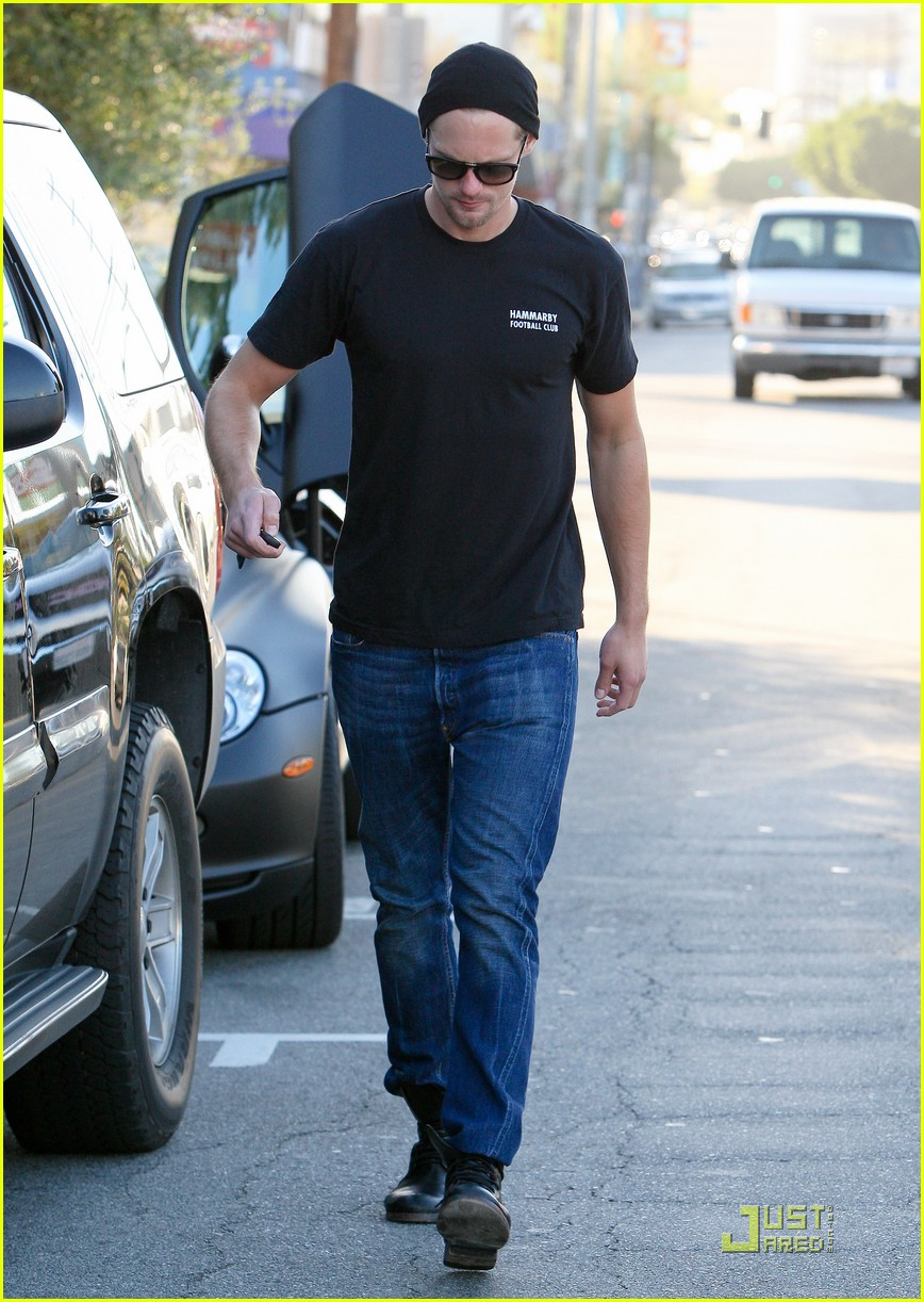alexander skarsgard little door visit 072526794