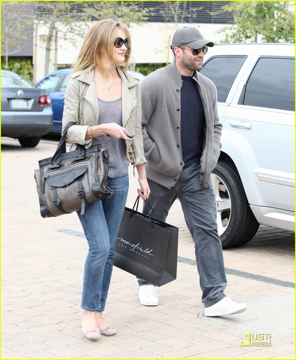 rosie huntington whiteley shopping day with jason statham 022528868