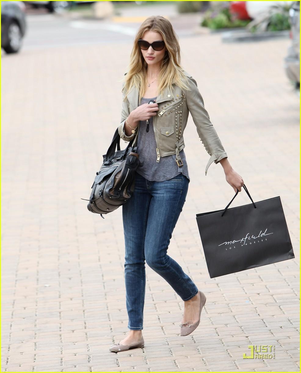 rosie huntington whiteley shopping day with jason statham 182528884