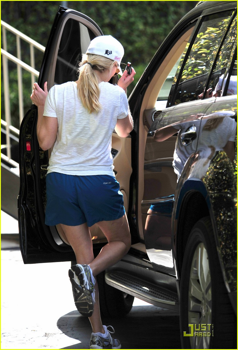 reese witherspoon munches on lunch 052526066
