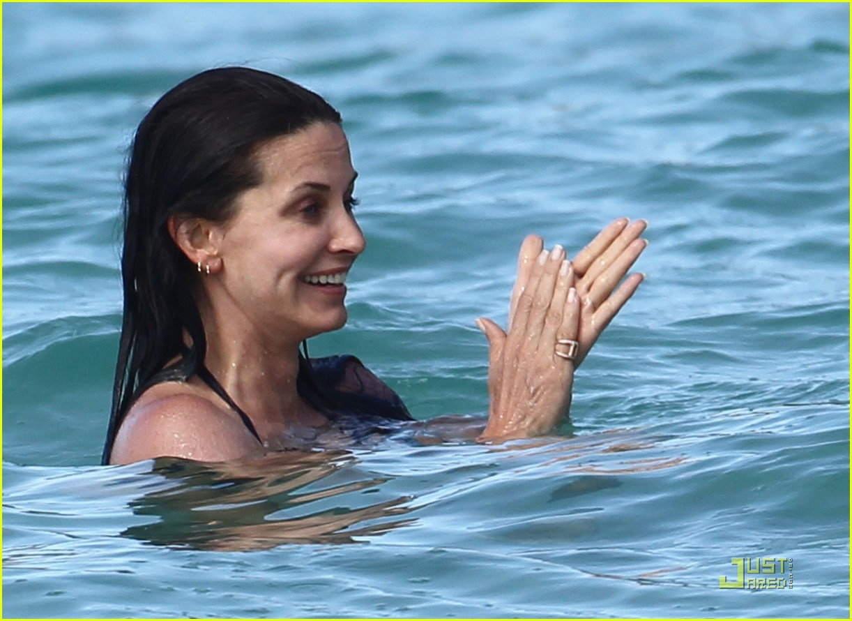 courteney cox josh hopkins lose their suits 132532155