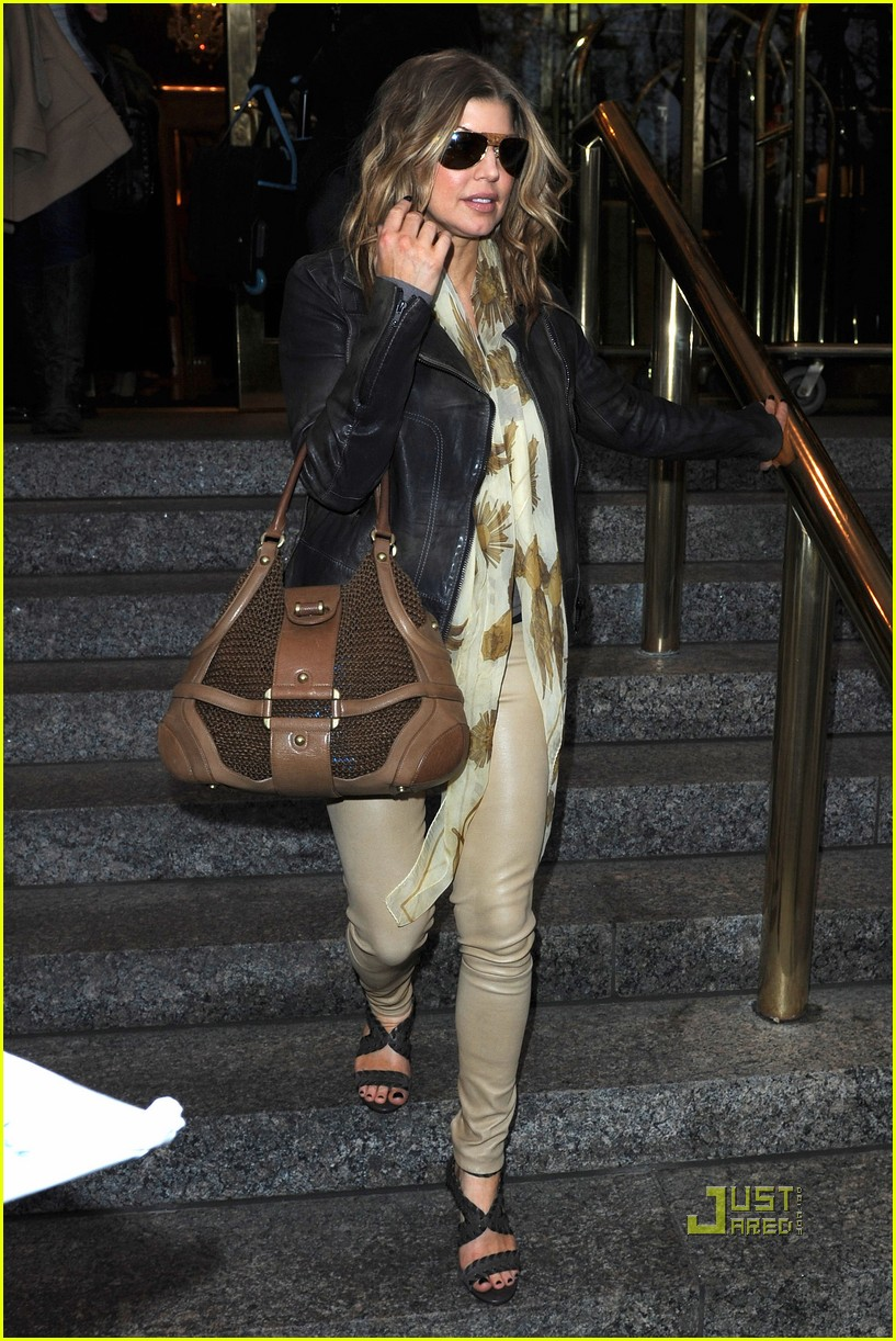 fergie checking out of hotel nyc jogging 01