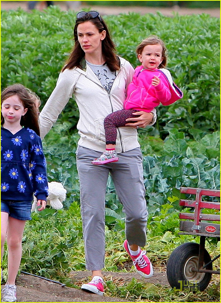 jennifer garner vegetable picking with violet and seraphina 01