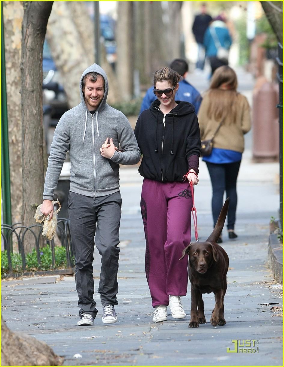 anne hathaway adam shulman dog walking couple 042536154